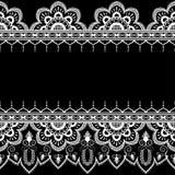 Confini gli elementi del modello con i fiori e le linee del pizzo nello stile indiano di mehndi isolate su fondo nero Immagine Stock