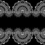 Confini gli elementi senza cuciture del modello con pizzo floreale nello stile indiano di mehndi su fondo nero royalty illustrazione gratis