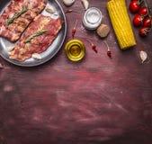 Confini gli ingredienti per la cottura della carne cruda con le ossa per minestra o brodo con con le erbe, i pomodori ciliegia, l Immagine Stock Libera da Diritti