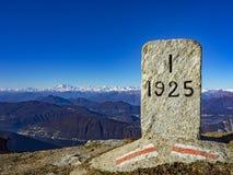 Confini lo sforzo nelle alpi fra l'Italia e la Svizzera Fotografia Stock