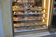 Confiserie avec les produits faits main de boulangerie dans Mantua, Italie Photos stock