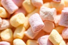 Confiserie Soufflé de guimauve avec la saveur douce Mini fond ou texture coloré de guimauve Guimauve images stock