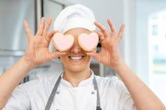 Confiseur avec les biscuits en forme de coeur photos stock