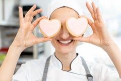 Confiseur avec les biscuits en forme de coeur images stock
