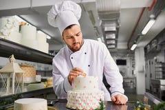 Confiseur avec un gâteau dans la boulangerie photos libres de droits