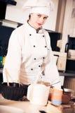 Confiseur Baking un gâteau images stock