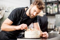 Confiseur décorant un tarte photo libre de droits