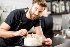 Confiseur décorant un tarte images stock