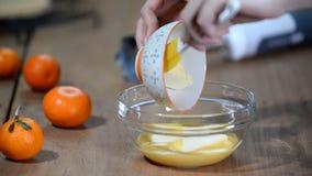 Confiseur faisant la crème française orange de base Ajouter le beurre en crème clips vidéos