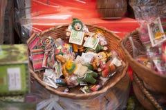 Confitería colorida y ofertas en Market Mercado de las Brujas de las brujas en La Paz, Bolivia fotos de archivo libres de regalías