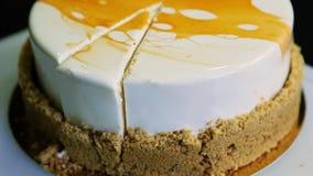 Confitero Hands Cut del primer por la torta brillante de la crema batida del cuchillo metrajes