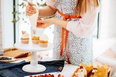 Confitero que hace las tortas cremosas Imágenes de archivo libres de regalías