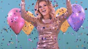 Confitti et biscuits éclatent au-dessus de la blonde Elle célèbre son amusement d'anniversaire banque de vidéos