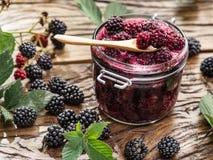 Confitura de Blackberry con las hojas de la zarzamora imágenes de archivo libres de regalías