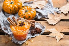 Confitura del atasco de la calabaza de otoño de la caída con las especias Fotografía de archivo libre de regalías