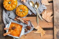 Confitura del atasco de la calabaza de otoño de la caída con las especias Imágenes de archivo libres de regalías