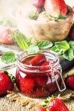 Confiture со всеми ягодами, винтажная деревянная предпосылка клубники кухонного стола, консервация лета варенья и варить, стоковое фото