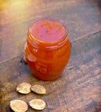 Confiture d'abricot dans le pot Photographie stock libre de droits