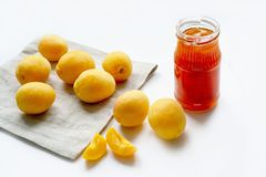 Confiture d'abricot en pot et fruits frais sur un fond blanc photo libre de droits