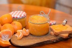 Confiture d'oranges de mandarine en verre photos stock