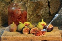 Confiture d'oranges des figues Figues sur un conseil en bois Photographie stock
