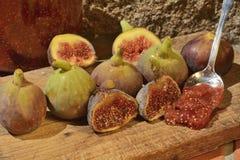 Confiture d'oranges des figues Figues sur un conseil en bois Image libre de droits