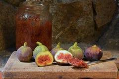 Confiture d'oranges des figues Figues sur un conseil en bois Photos libres de droits