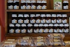 Confiture d'oranges et biscuits localement faits à vendre dans Lacock, R-U photographie stock libre de droits