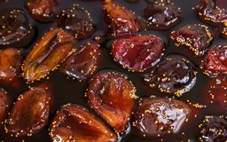 Confiture de figue Confiture cuite de figue avec des baies de fruit en gelée liquide, photographie stock