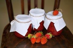 Confiture de fraise aux banques Photo stock