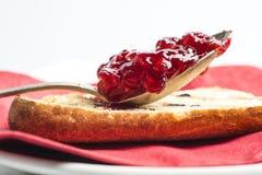 Confiture de fraise dans une cuillère Images libres de droits