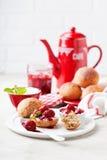 Confiture de fraise entière de petits pains et de graines de chia pour le petit déjeuner Image stock