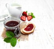 Confiture de fraise et fraises fraîches Photo stock