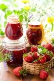 Confiture de fraise et fraises fraîches Image stock