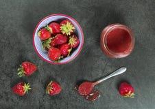 Confiture de fraise faite maison prise le frome ci-dessus photos libres de droits