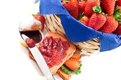 Confiture de fraises avec la biscotte et le panier Images libres de droits