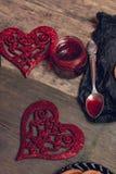 Confiture de framboise dans le pot près de deux coeurs sur le fond en bois Amour Jour de Valentine Vue supérieure Photo stock