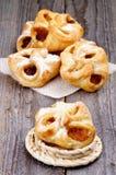 Confiture de paniers de pâtisserie enveloppée photos stock