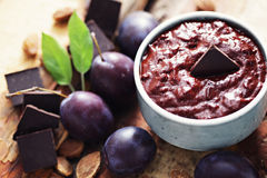 Confiture de prune avec du chocolat Photographie stock