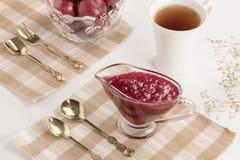 Confiture de prune avec le thé Images stock