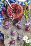 Confiture de prune de pot de cuisine de fin d'été Image stock
