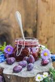 Confiture de prune de pot de cuisine de fin d'été Photographie stock