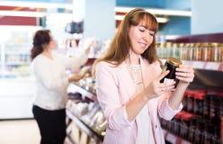 Confiture douce de achat d'acheteurs féminins heureux Photos libres de droits