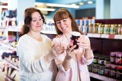 Confiture douce de achat d'acheteurs féminins heureux Images libres de droits