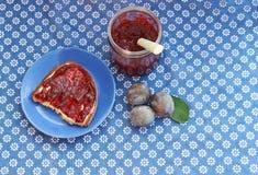 Confiture faite maison de prune sur le pain Image libre de droits