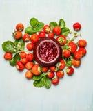 Confiture-pot de fraises et usine fraîche de baies de jardin Préservation de fraises Images stock