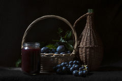 Confiture, prunes, raisins et paniers Photo stock