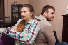 Conflict in een jonge familie thuis stock foto's