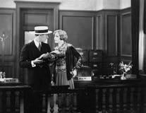 Conflict tussen de mens en vrouw op kantoor (Alle afgeschilderde personen leven niet langer en geen landgoed bestaat Th van lever royalty-vrije stock afbeeldingen