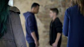 Conflicto adolescente, dos muchachos que luchan para la muchacha, violencia de la calle, autodefensa imágenes de archivo libres de regalías